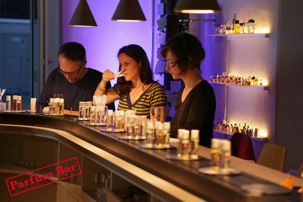 Voucher_3Teilnehmer_an_Bar